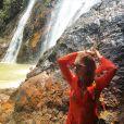 Marina Ruy Barbosa posa com túnica Resort Couture de renda guipir laranja, vendida por R$ 670, para passeio na Tailândia