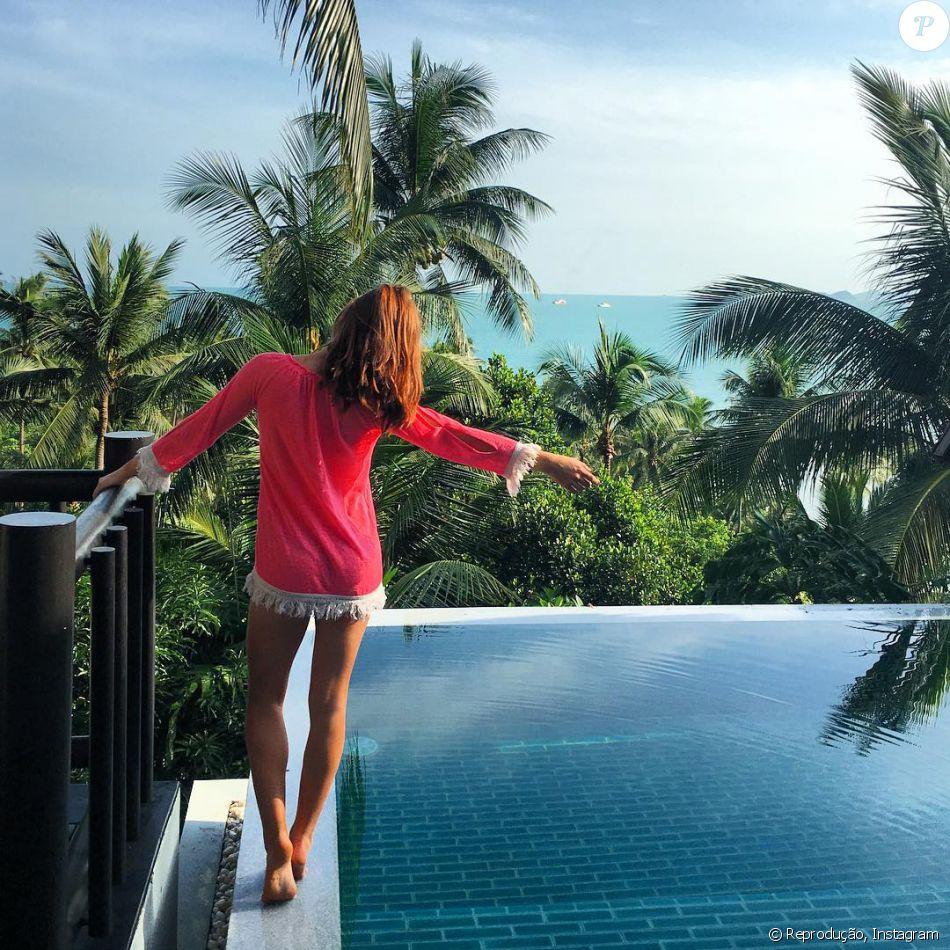 Marina Ruy Barbosa posa à beira da piscina do Four Seasons