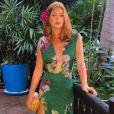 No dia em que ficou noiva de Xandinho Negrão, Marina Ruy Barbosa escolheu vestido verde estampado, com decote, da coleção Verão 2017 da Fabulous Agilità, que ainda não chegou às lojas da marca, além de sandálias douradas Christian Louboutin