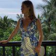 Para mais um dia de passeio na Tailândia, Marina Ruy Barbosa apostou em vestido com estampa em branco e azul, da coleção Verão 2017 da Fabulous Agilità, que ainda não chegou às lojas, clutch da It Bag Brasil e brincos Le Sis