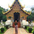 Marina Ruy Barbosa apostou em vestido longo estampado da Tigresse para visitar o templo budista Wat Chedi Luang, Chiang Mai, na Tailândia