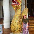 Marina Ruy Barbosa apostou em vestido longo estampado da Tigresse para visitar o templo budista Wat Chedi Luang, Chiang Mai, na Tailândia. Peça está indisponível para vendas, mas custa R$ 995