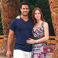 Marina Ruy Barbosa e o noivo, Xandinho Negrão, posam no templo budista Wat Chedi Luang, Chiang Mai, na Tailândia. Para o passeio, ela usou vestido longo estampado da Tigresse, de R$ 995, e repetiu o cinto em camurça verde da Iorane, de R$ 244,50
