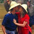 Marina Ruy Barbosa e o noivo, Xandinho Negrão, trocam beijos no acampamento de elefantes Elephant Life Experience, em Mae Taeng, na Tailândia