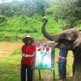 Para visitar o acampamento de elefantes Elephant Life Experience, em Mae Taeng, na Tailândia, Marina Ruy Barbosa apostou em calça azul e bata vermelha étnica, e completou o look com chapéu de palha estilo oriental