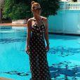 À beira da piscina do hotel Dhara Dhevi, em Chiang Mai, na Tailândia, Marina Ruy Barbosa usa maiô com recortes xadrez, de R$ 469, combinado a saia na mesma estampa, de R$1.112, ambos de Adriana Degreas