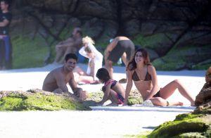 Cauã Reymond e a namorada, Mariana Goldfarb, levam filha do ator à praia. Fotos!