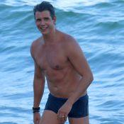 Marcio Garcia impressiona pela boa forma aos 46 anos e é tietado na praia. Fotos