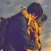 Marcelo Adnet é fotografado abraçado e de mãos dadas com jovem de cabelos azuis