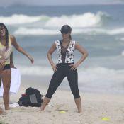 Flávia Alessandra e a filha Giulia malham na praia com personal: 'Disciplinadas'