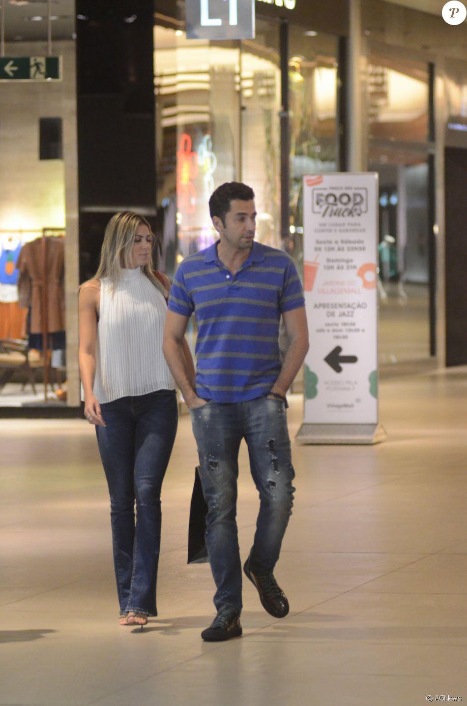 Latino e a namorada, Fabi Araújo, passearam em um shopping na Zona Oeste do Rio de Janeiro na noite de sexta-feira, 8 de julho de 2016