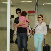 Mateus Solano desembarca com Paula Braun e com a filha, Flora, no colo