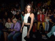 Carol Castro aposta na saia lápis e cropped top para o Fashion Rio. Veja looks!