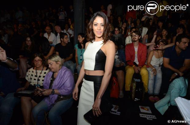 Carol Castro confere o último dia de Fashion Rio com cropped top e saia lápis, em 9 de novembro de 2013