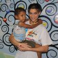 Isabella Santoni, que terá leucemia na TV, posa com menino com câncer durante visita ao Instituto Ronald McDonald´s nesta segunda (11)