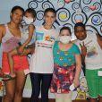 Isabella Santoni, que terá leucemia na TV, posa com familiares e crianças no Instituto Ronald McDonald´s