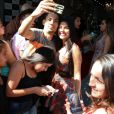 Ex-BBB Munik  atendeu a todos os fãs e pedidos de fotos durante um evento de moda em São Paulo