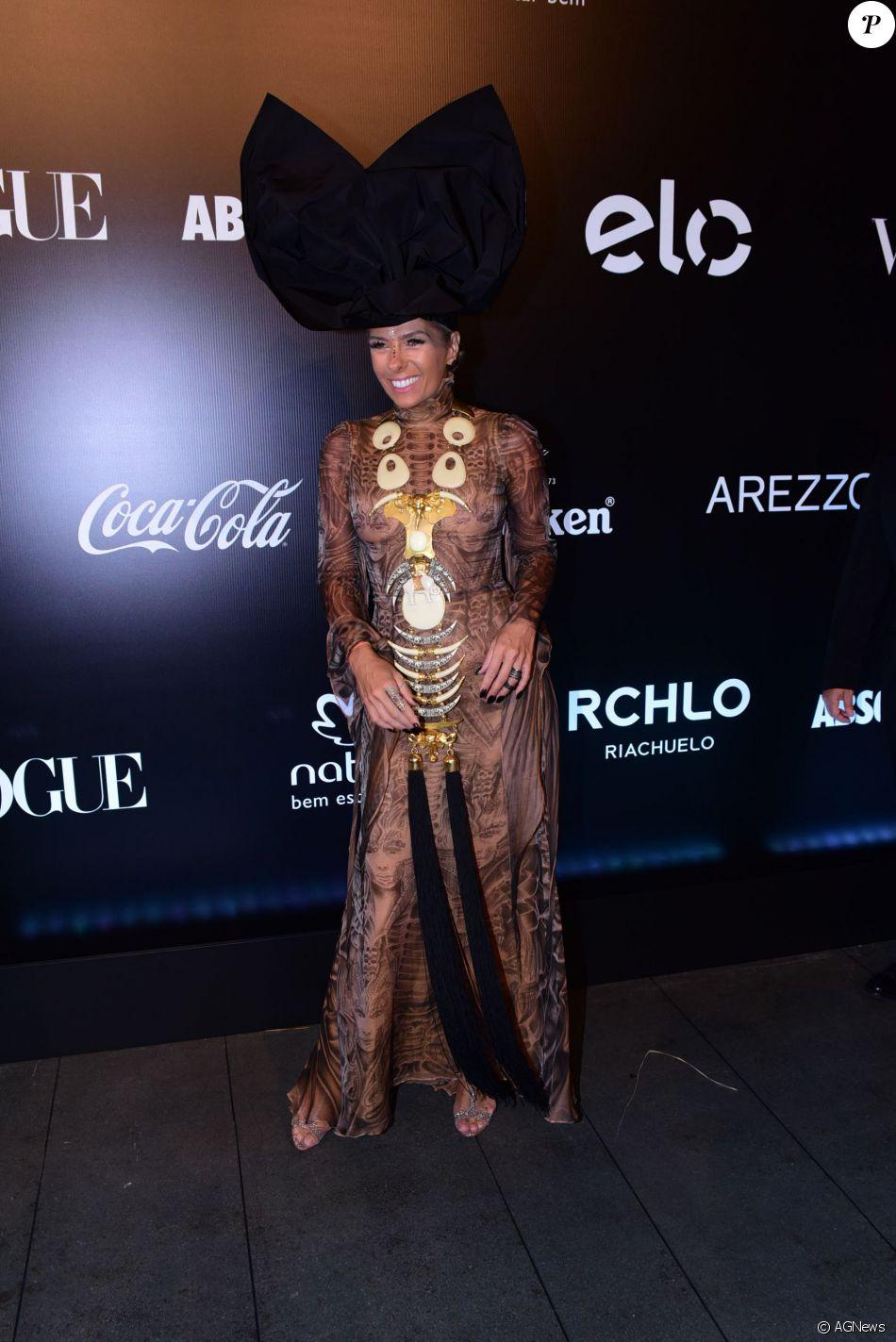 a1a4a5aeffb9e Adriane Galisteu chamou a atenção no Baile da Vogue 2016 com vestido  estampado cheio de detalhes étnicos e, na cabeça, um superturbante preto