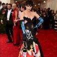 Katy Perry foi ao Met Gala 2015 usando vestido preto com estampas imitando pichações da grife Moschino. Sua bolsa era uma imitação de latinha de spray