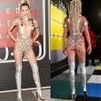 Miley Cyrus ama causar! A cantora chegou ao Video Music Awards vestindo somente um suspensório, que tampava apenas os mamilos, e uma saia de material transparente