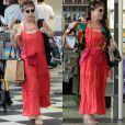 Regina Duarte adotou o estilo hippie para ir ao shopping. O visual teev direito a vestido longo, óculos de lentes redondas, faixa na cabeça e bolsa de crochê