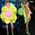 Miley Cyrus usou vestido laranja com uma grande flor na frente e folhas atrás em evento em Los Angeles, Califórnia