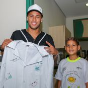 Neymar posa com pacientes em visita ao Hospital de Câncer de Barretos. Fotos!