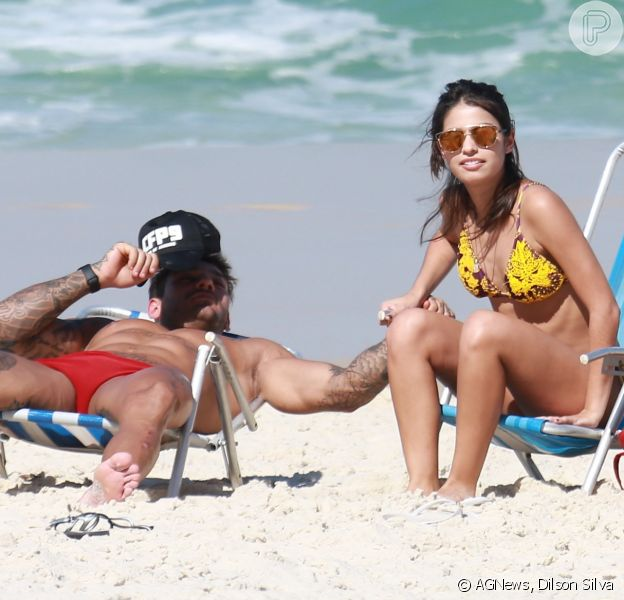 Lucas Lucco curte praia com Cynthia Senek, colega de elenco em 'Malhação'