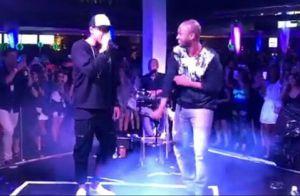 Neymar canta com Thiaguinho no palco de show em São Paulo. Vídeos!