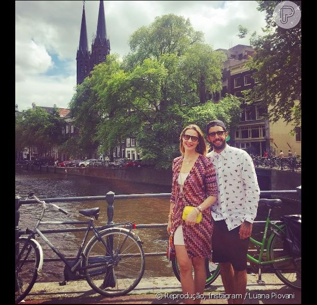 Luana Piovani posa com o marido, Pedro Scooby, em Amsterdam, na Holanda, em 17 de julho de 2016