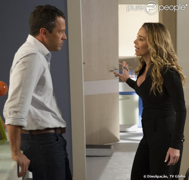 Amarilys (Danielle Winits) pede para Bruno (Malvino Salvador) superfaturar avaliação do apartamento para que Niko (Thiago Fragoso) pague mais pela parte de Eron (Marcello Antony, em 'Amor à Vida', em 18 de novembro de 2013
