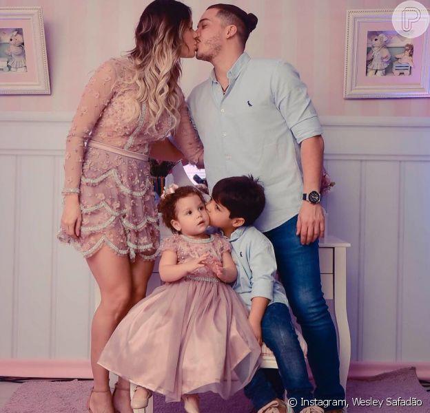 Wesley Safadão escolheu o mesmo estilo do herdeiro Yhudy, fruto do casamento com Mileide Mihaile, e Thyane Dantas usou um look inspirado na roupa da filha, Ysis, nesta segunda-feira, 18 de julho de 2016
