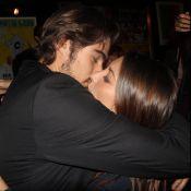 Rafael Vitti beija a namorada, Julia Oristanio, em estreia de peça no Rio. Foto!