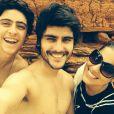 Camilla Camargo posa ao lado de Eike Duarte e Guilherme Leicam durante as gravações de 'Em Família'