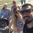 Ex-BBBs Aline Gotschalg e Fernando Medeiros levaram o filho para passear com os avós