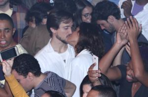 Camila Pitanga beija o namorado, Igor Angelkorte, em show de samba no Rio. Fotos