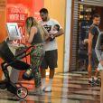 Aline Gotschalg e Fernando Medeiros passeiam com o filho, Lucca, no shopping da Gávea nesta domingo, dia 24 de julho de 2016