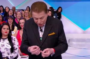 Silvio Santos deixa escapar lente durante o programa: 'Enxergando mais nada'