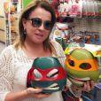 Viajando pelos Estados Unidos, Zilu parou para as compras e presentar os netos: 'Será vão gostar de virarem Tartarugas Ninjas?'