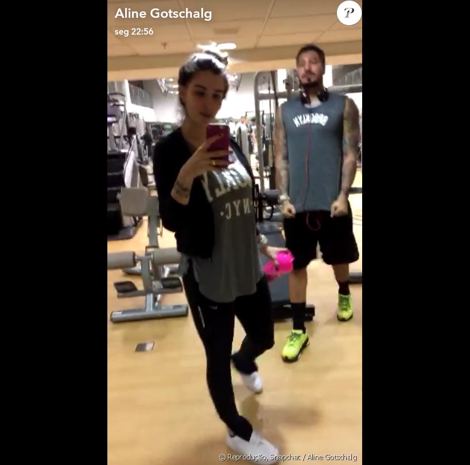 Ex-BBBs Aline Gotschalg e Fernando Medeiros combinaram o look fitness para ir à academia, na segunda-feira, 25 de julho de 2016