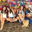 Sasha e as amigas também posaram no muro de Berlim, na Alemanha