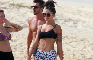 Aline Riscado exibe boa forma e disposição em treino funcional na praia. Fotos!