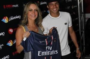 Claudia Leitte recebe jogador Thiago Silva em camarim de show no Rio