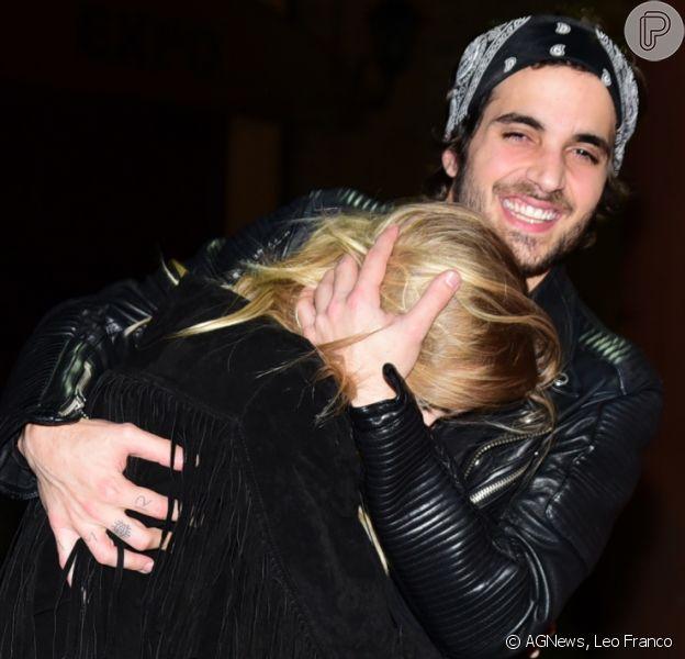 Fiuk deixa festa com a namorada, Isabella Scherer, mas ela evita fotógrafos na noite de sexta-feira, 29 de julho de 2016