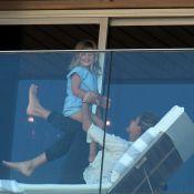 Gisele Bündchen brinca com filhos Benjamin e Vivian em sacada de hotel. Fotos!