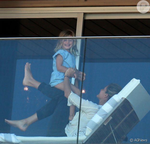 Gisele Bündchen foi fotografada brincando com a filha na sacada do hotel em que está hospedada nesta segunda-feira, 1 de agosto de 2016