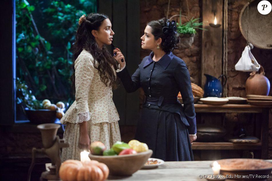 Maria Isabel (Thais Fersoza) ameaça Juliana (Gabriela Moreyra) com uma faca, na novela 'Escrava Mãe', na terça-feira, 9 de agosto de 2016