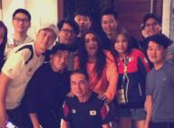 Anitta recebe delegação coreana em casa e ganha presentes: 'Miojo e repelentes'