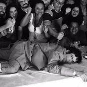 Mateus Solano aparece em foto divertida em bastidor de 'Liberdade':'Última cena'