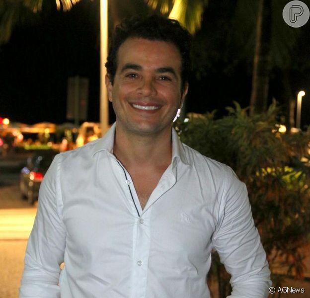 Anderson Di Rizzi, de 'Êta Mundo Bom!', curte o sucesso de Zé dos Porcos, um dos candidatos a mostrar o 'cegonho' para Mafalda (Camila Queiroz) na novela das seis